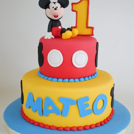 Mickey Mouse Decorado con fondant y personaje de azúcar.